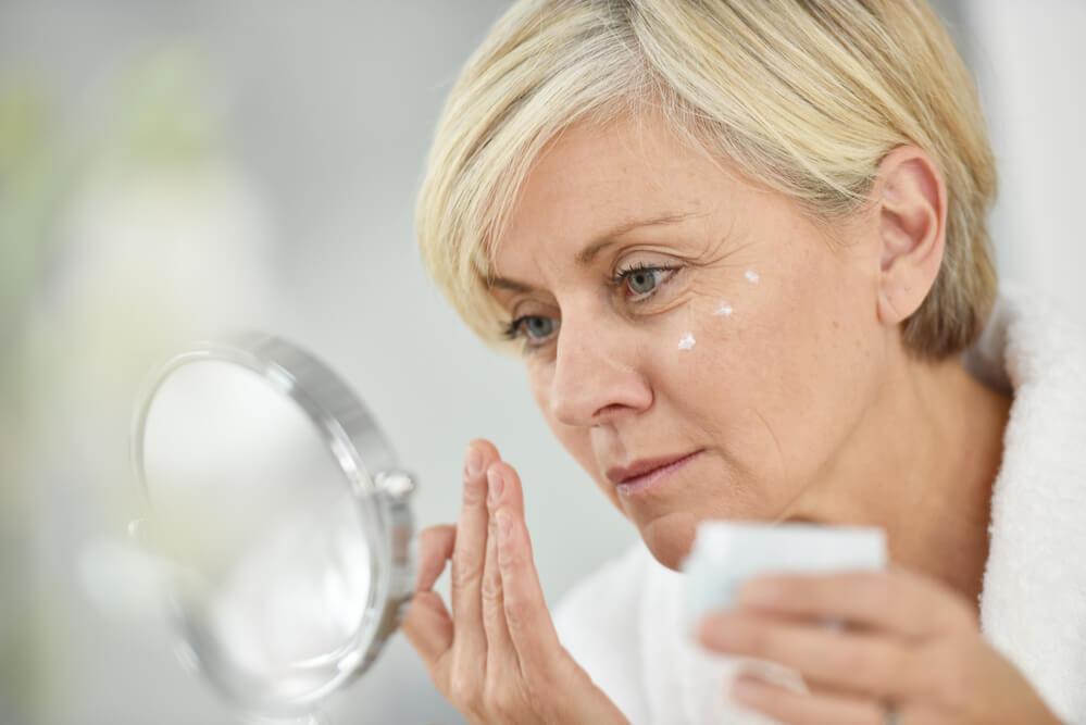 Conheça esses 3 cuidados com a pele do rosto maduro