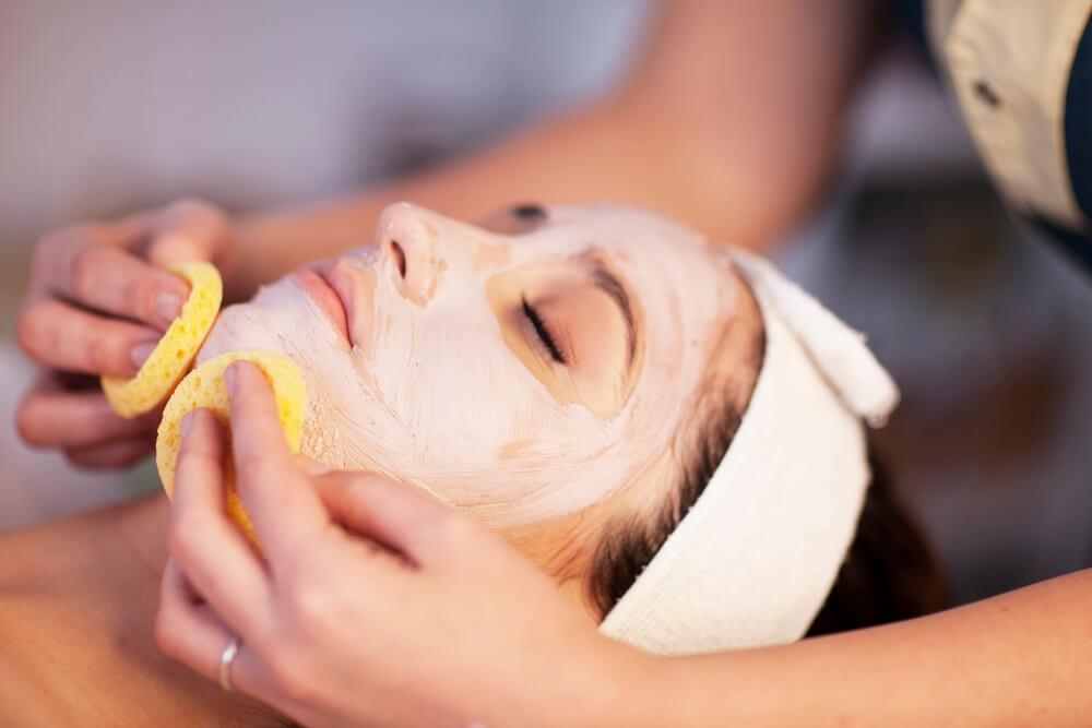 Limpeza facial: entenda qual é a maneira correta de fazê-la
